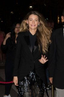 Blake-Lively-in-Black_-Out-in-Paris--01-662x993.jpg