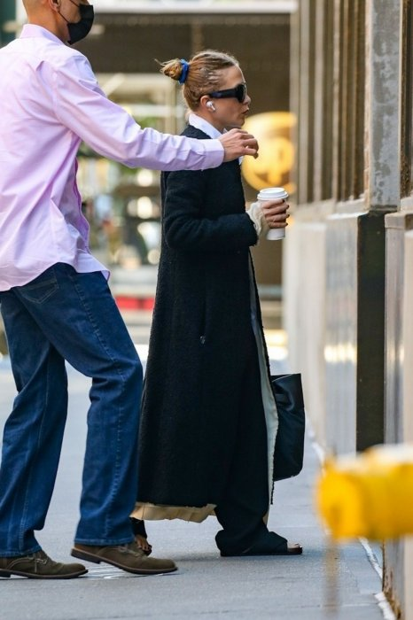 mary-kate-olsen-was-spotted-starting-her-day-in-new-york-1.jpg