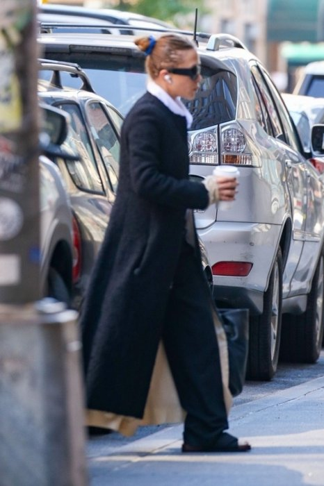mary-kate-olsen-was-spotted-starting-her-day-in-new-york-2.jpg