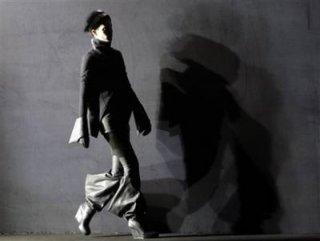 400,http_d.yimg.com_a_p_ap_20090305_capt.9b4a8cca544b4d6584699afec98a525b.france_fashion_ena127.jpg
