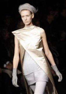 345,http_d.yimg.com_a_p_ap_20090305_capt.ce978a80c6294435a7a6c16248b49398.france_fashion_ena126.jpg