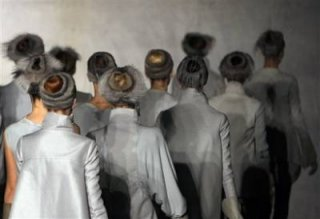 400,http_d.yimg.com_a_p_ap_20090305_capt.b6d67145bf094345a8adcf6ea3288319.france_fashion_ena121.jpg