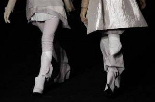400,http_d.yimg.com_a_p_ap_20090305_capt.e3a068a7a7c24276820b1e3ebf7b8630.france_fashion_ena134.jpg